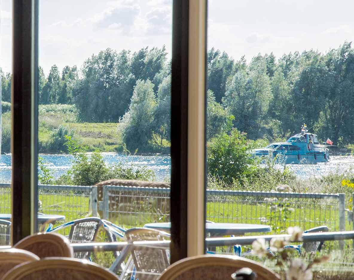 Geniet van diner lunch spel in panorama restaurant de blaauwe kamer